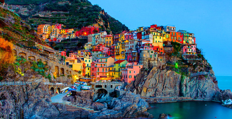 Manarola,-Liguria,-Italy,-one-of-the-most-picturesque-Italian-villages